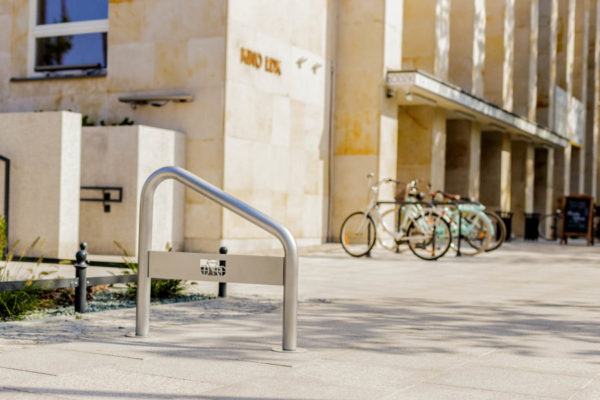 stojak na rowery typu U skośny zdjęcie na tle łódzkiego domu kultury malaarchitektura.info.pl
