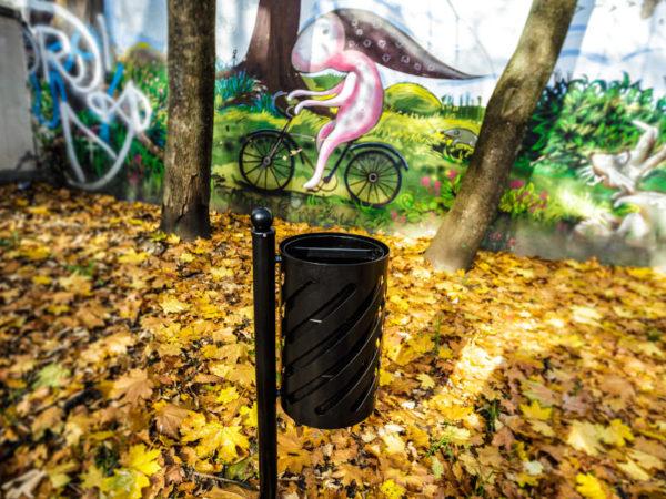 Kosz parkowy Sofia Bis zdjęcie na tle graffiti i jesiennych liści malaarchitektura.info.pl